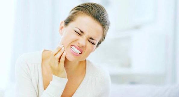 prevenir enfermedad de encías con hilo dental