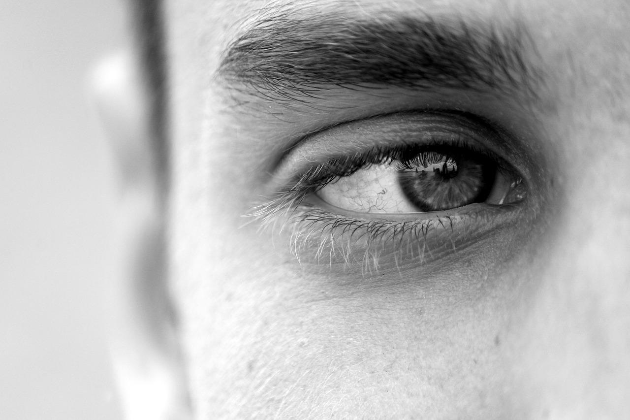 contorno de ojos hombre